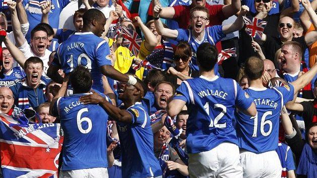 Sone Aluko (vlevo) slaví se svými spoluhráči z Glasgow Rangers v derby proti Celitku.