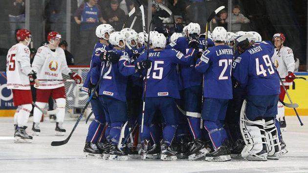 Hokejisté Francie slaví důležité vítězství nad Běloruskem na domácím mistrovství světa.