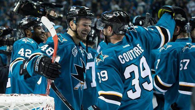 Hokejisté San Jose Tomáš Hertl (48) a Logan Couture se radují z postupu do finále play off NHL.