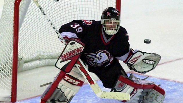 Domink Hašek v dresu Buffala Sabres, kde strávil devět úspěšných sezón.