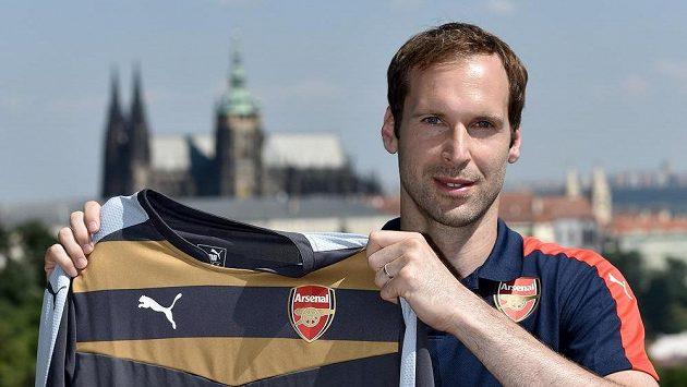 Brankář Petr Čech pózuje s novým dresem Arsenalu.