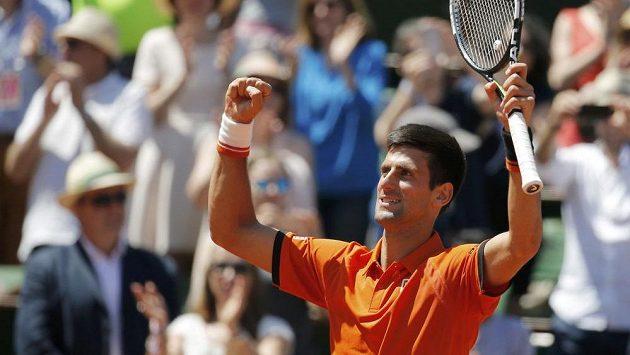 Novak Djokovič se raduje z výhry nad Andym Murrayem a postupu do finále tenisového Roland Garros.