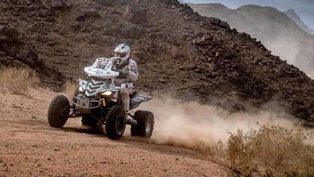 Čtyřkolkář Zdeněk Tůma i nadále překonává překážky prémiového ročníku Rallye Dakar v Saúdské Arábii. Nezastavily ho ani děravé zadní pneumatiky.