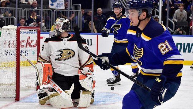 Gólman Anaheimu Ducks John Gibson obdržel branku v utkání NHL proti St. Louis Blues