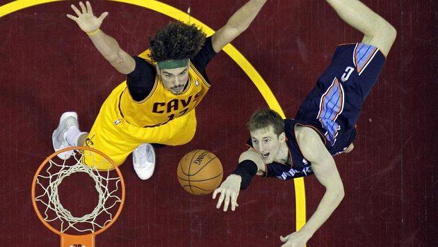 Cody Zeller (vpravo) z Charlotte se snaží skórovat v zápase s Clevelandem.