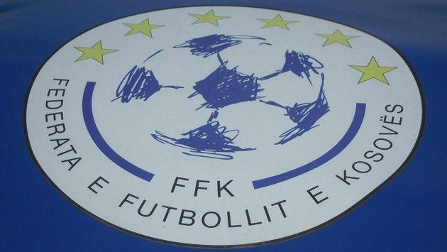 Logo kosovské federace na domácí střídačce v Prištině.