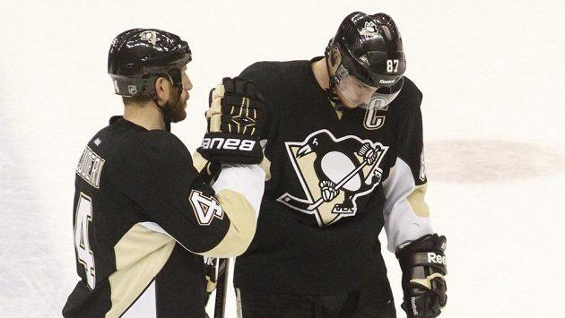 Obránce Pittsburghu Penguins Rob Scuderi (vlevo) konejší kapitána Tučňáků Sidneyho Crosbyho po porážce v sedmém zápase čtvrtfinále proti Rangers.