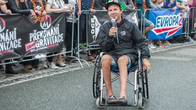 Freestyle motocyklista Libor Podmol v netradiční roli moderátora na vozíku