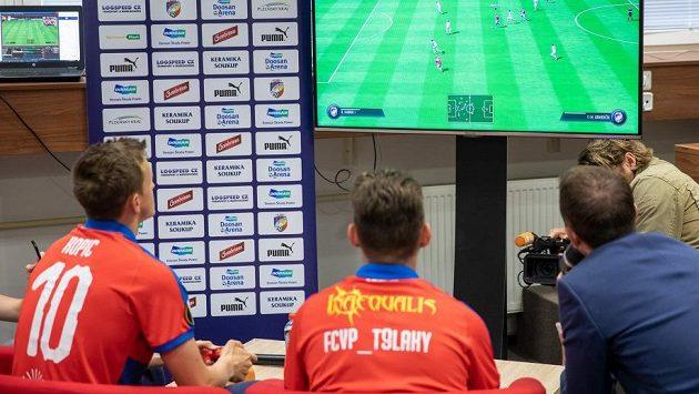 Plzeňský záložník Jan Kopic (vlevo) a Lukáš Pour, alias T9Laky se utkali v konzolové hře FIFA.