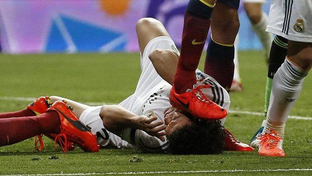 Sergio Busquets z Barcelony šlape na hlavu Pepému z Realu Madrid.