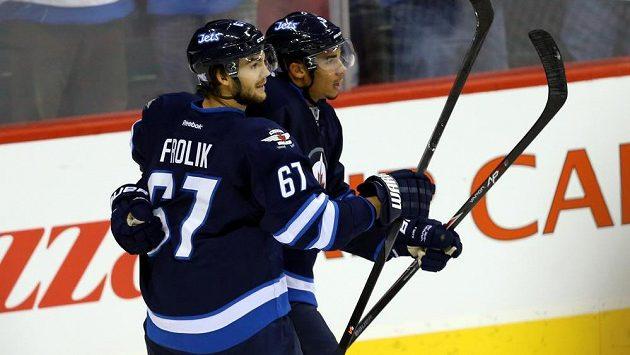 Útočník Winnipegu Michael Frolík (67) a Evander Kane (9) se radují z gólu do sítě New Jersey.