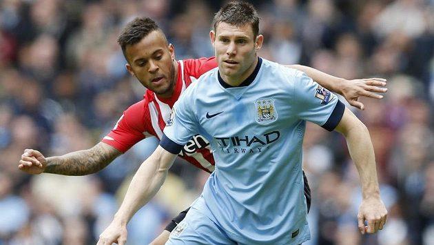 James Milner (vpředu) ještě v dresu Manchesteru City v souboji s Ryanem Bertrandem ze Southamptonu.