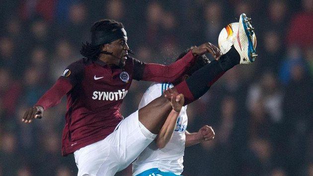 Sparťan Costa ve vzdušném souboji během utkání Evropské ligy se Schalke.