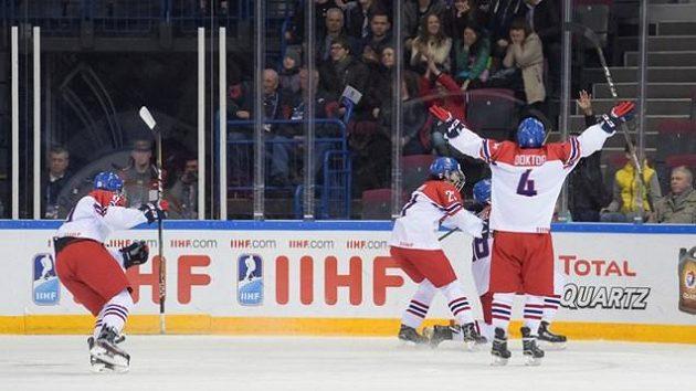 Čeští hokejisté do osmnácti let se radují z gólu proti Kanadě.