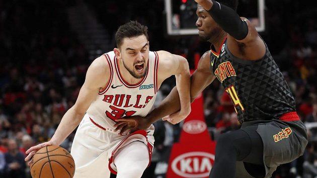 Český basketbalista Tomáš Satoranský zářil v dresu Chicaga Bulls, ubránit se ho snaží Bruno Fernando (24) z týmu Atlanta Hawks.