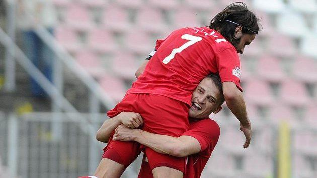 Záložníci Zbrojovky Pavel Zavadil (zády) a David Pašek se radují z vyrovnávacího gólu proti Mladé Boleslavi, který vstřelil Šimon Šumbera (není na snímku).