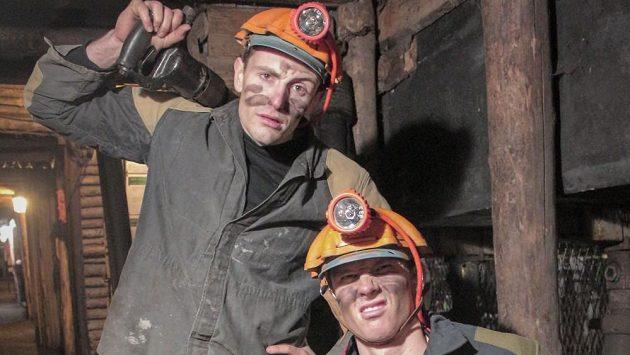 Beachvolejbalisté Ondřej Perušič a David Schweiner jako horníci.