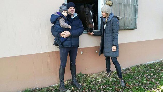 Parkurový jezdec Aleš Opatrný se synem Oliverem a partnerkou Natálií Roučkovou na ranči v Hořovicích.