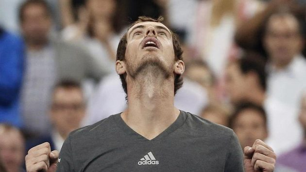 Britský tenista Andy Murray se raduje z postupu do třetího kola US Open.