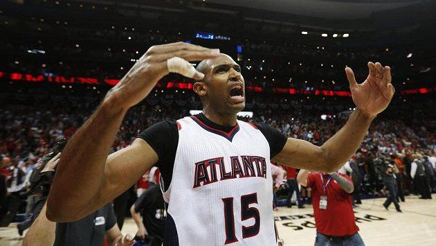 Basketbalista Atlanty Hawks Al Horford slaví výhru nad Washingtonem Wizards.