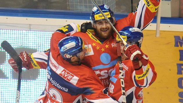 Jiří Cetkovský (uprostřed) oslavuje jednu ze svých branek