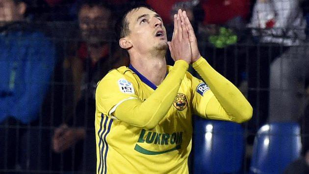 Vukadin Vukadinovič ze Zlína sice vstřelil Slavii gól, nakonec ale mohl rozhodnout i o výhře Zlína, jenže trefil tyč.