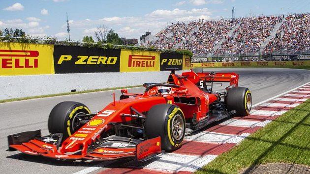 Sebastian Vettel s vozem ferrari na okruhu v Montrealu.