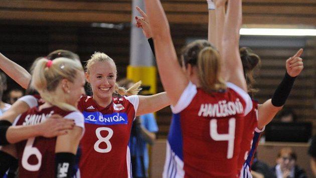 České volejbalistky (zleva) Lucie Smutná, Barbora Purchartová a Aneta Havlíčková se radují z vítězství - ilustrační foto.