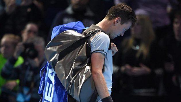 Zklamaný Tomáš Berdych opouští kurt po porážce s Keiem Nišikorim.
