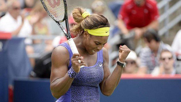 Serena Williamsová se raduje po vítězství nad Caroline Wozniackou.