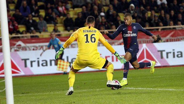 Hvězdný střelec PSG Kylian Mbappe zakončuje jednu z akcí v utkání francouzské ligy s Monakem.