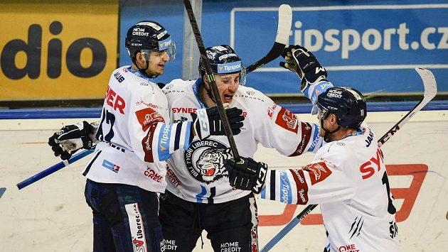 Autor čtvrtého gólu Liberce Jaroslav Vlach (uprostřed) se raduje se spoluhráči.