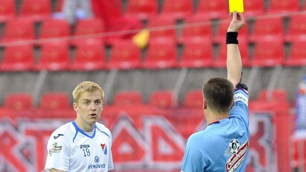 Sudí Zbyněk Proske ukazuje žlutou kartu ostravskému Michalu Frydrychovi.