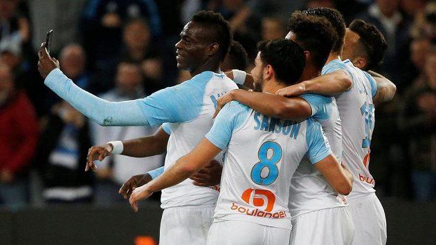Mario Balotelli slaví se spoluhráči z Marseille gól proti St. Etienne.