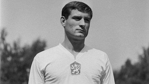 Bývalý československý fotbalový reprezentant Vladimír Weiss nejstarší (na snímku z roku 1963) zemřel. Stříbrnému medailistovi z olympijských her v roce 1964 v Tokiu bylo 78 let.