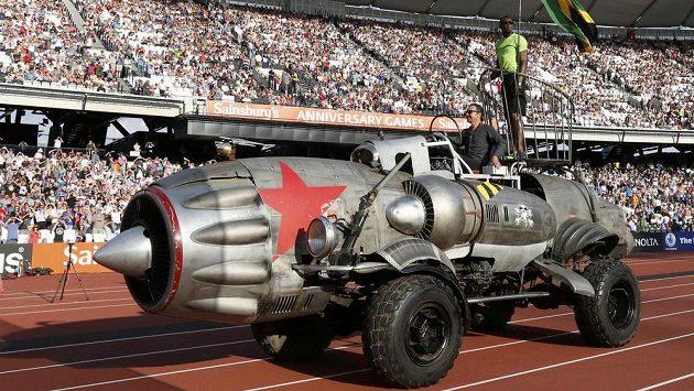 Usain Bolt se rozhlíží ze svérázné rakety, která ho v Londýně dovezla na start běhu na 100 metrů.