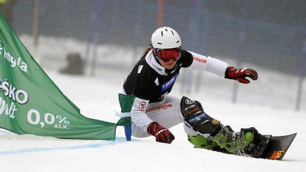 Snowboardistka Ester Ledecká během paralelního obřího slalomu.