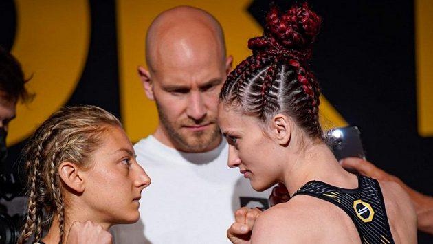 Monika Chochlíková (vpravo) a Giulia Chinellová na vážení před turnajem OKTAGON 25.