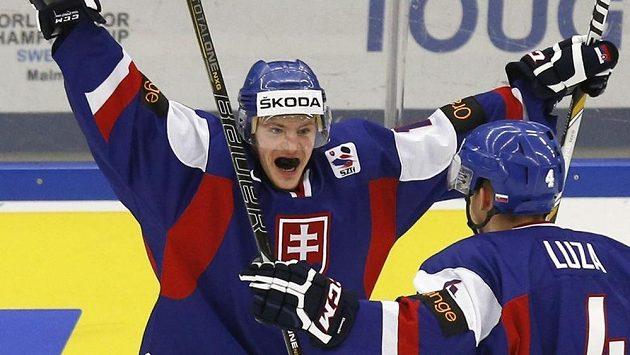 Slovenští hokejisté David Griger (vlevo) a Patrik Luza slaví gól v utkání MS do 20 let proti Německu.