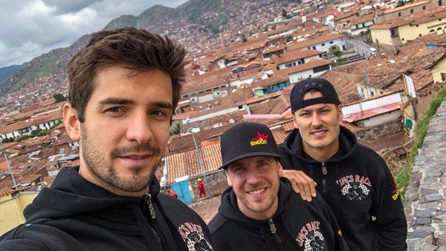 Úsměv, pánové... Zleva pilot kamiónu Martin Macík, motocyklista Jan Brabec a navigátor František Tomášek v peruánském Cuscu.