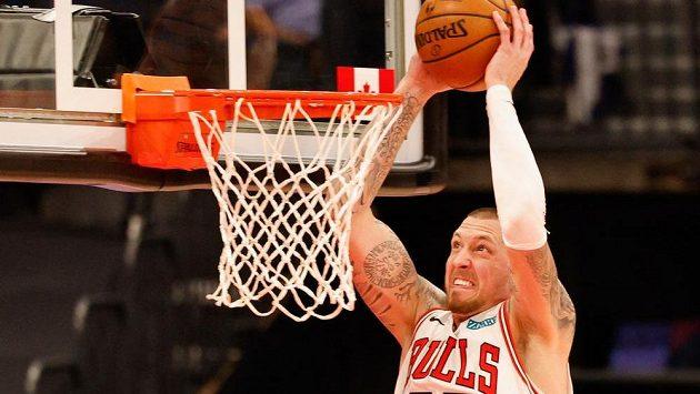 Daniel Theis z Chicaga smečuje v utkání NBA do koše Toronta.