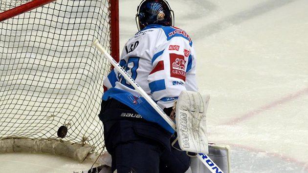 Brankář Chomutova Ján Laco dostává gól v utkání předkola play off hokejové extraligy.