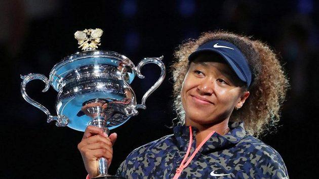Vítězka Australian Open z roku 2021 Naomi Ósakaová s trofejí