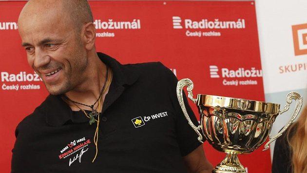 Radek Jaroš se symbolickým pohárem poté, co zdolal vrchol K2.