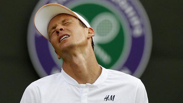Zklamaný Tomáš Berdych. Ve Wimbledonu letos skončil už ve 3. kole.