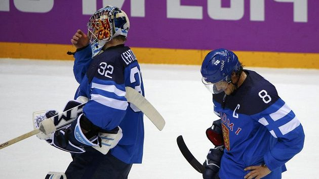 Zklamaní finští hokejisté Kari Lehtonen (vlevo) a Teemu Selänne po semifinálové porážce se Švédy.