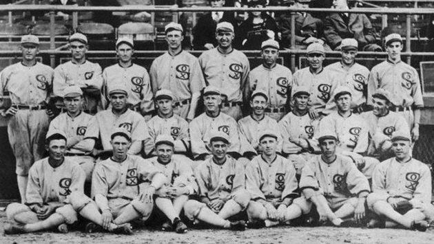 Osm hráčů baseballového klubu White Sox v roce 1919 úmyslně prohrálo Světovou sérii proti Cincinnati Reds.