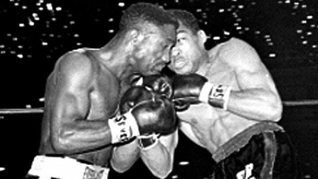 """V 75 letech zemřel bývalý kubánský boxer Ultiminio """"Sugar"""" Ramos, jehož dva soupeři zápasy s ním nepřežili. Jedním z nich byl Davey Moore, jenž je na snímku v souboji s Ramosem."""
