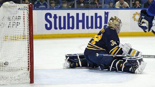 Gólman Buffala Michal Neuvirth inkasuje v utkání proti Vancouveru, který nakonec Sabres i díky českému brankáři vyhráli.