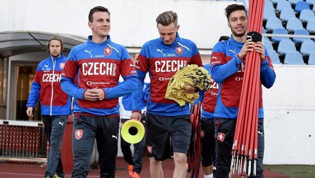 Zleva Jaroslav Plašil, Vladimír Darida, Ladislav Krejčí a Václav Kadlec přicházejí na trénink.